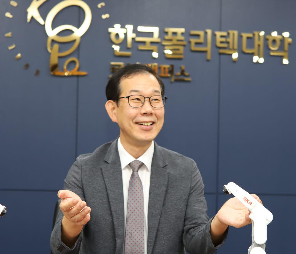 """[人사이트]이연보 폴리텍 로봇캠퍼스 학장 """"지역과 함께 로봇인재 양성"""""""