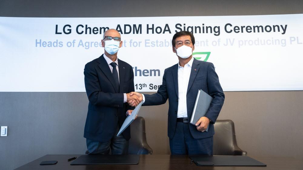 13일(현지시간) 미국 일리노이주 시카고에 위치한 ADM본사에서 후안 루시아노 ADM CEO 회장(왼쪽)과 신학철 LG화학 CEO 부회장이 PLA 합작법인 설립을 위한 주요조건합의서(HOA)를 체결한 뒤 악수했다. [자료:LG화학]