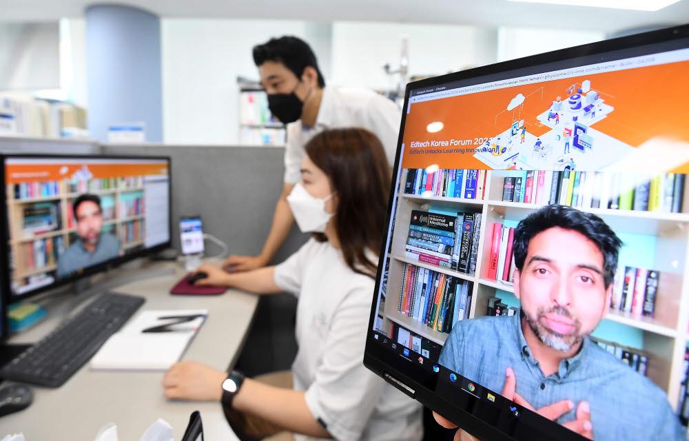 14일 서울 강남구 타임교육에서 직원이 에듀테크코리아 2021의 미래교육 대담 세션을 듣고 있다.