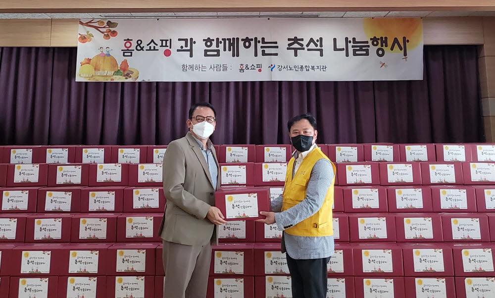 구기대 홈앤쇼핑 사회공헌팀장(오른쪽)과 임무영 강서노인종합복지관장.