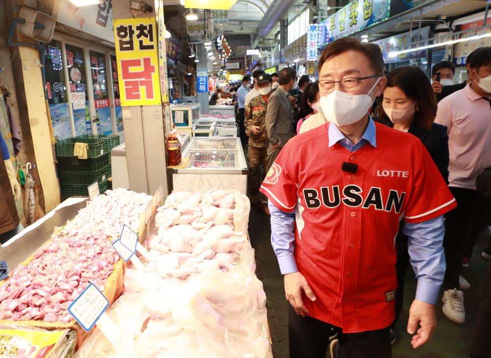 최재형 국민의힘 예비후보가 13일 부산 부전시장을 찾아 상인들과 인사를 나누고 있다. 연합뉴스.