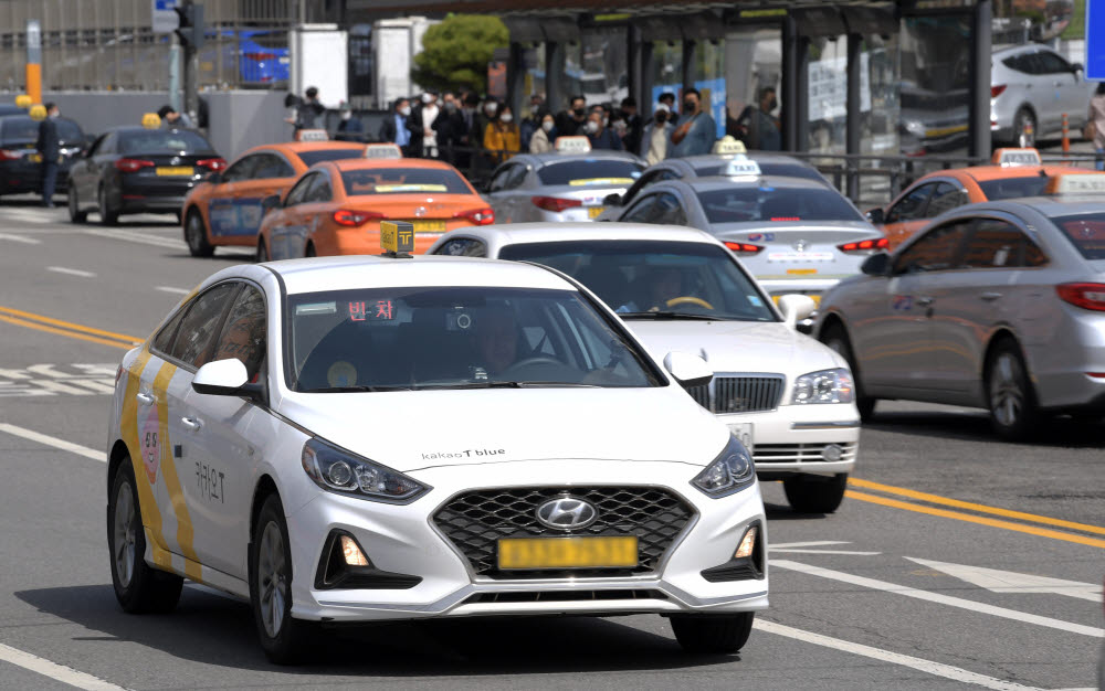 서울 청파로 일대에서 카카오택시가 운행하고 있다. 이동근기자 foto@etnews.com