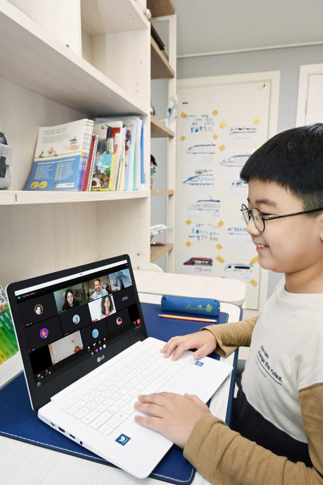 LG전자가 네이버 교육 플랫폼 웨일 스페이스*를 탑재한 웨일북(whalebook)을 출시하며, 최적의 비대면 교육 솔루션을 제공한다. 모델이 LG 웨일북으로 비대면 학습을 하고 있다.
