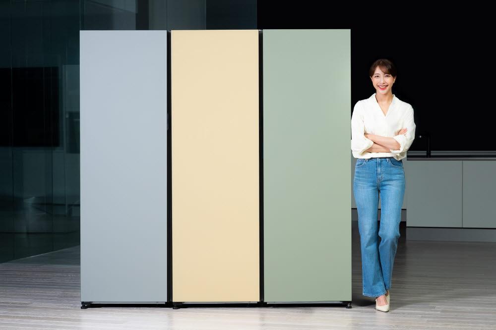 삼성전자 모델이 자동 문열림 기능을 적용하고 수납공간을 늘린 비스포크 냉장고 1도어 신제품을 소개하고 있다.