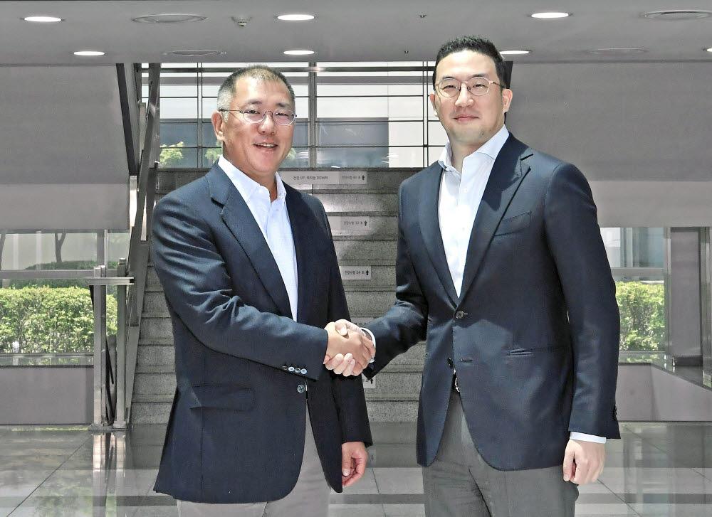 정의선 현대차그룹 수석부회장(왼쪽)과 구광모 LG그룹 회장이 2020년 6월 22일 LG화학 오창공장에서 만나 악수하고 있다.