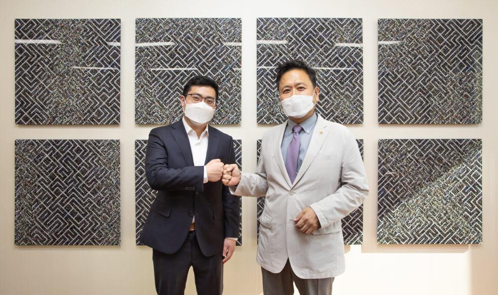 현진권 국회도서관장(오른쪽)과 팀 황 피스컬노트 대표가 주먹악수를 나누고 있다.