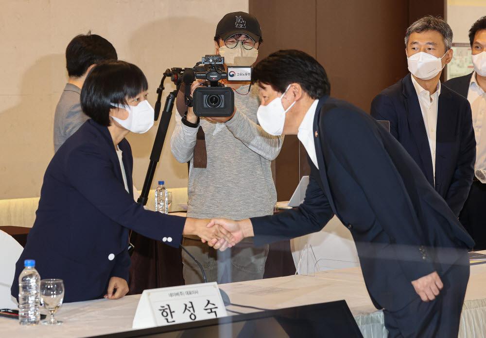 안경덕 고용노동부 장관과 한성숙 네이버 대표가 15일 서울 중구 프레지던트호텔에서 열린 고용노동부-주요 IT기업 CEO 회의에 참석해 인사를 하고 있다.<연합뉴스>