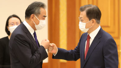 """文, 中 왕이 접견...""""베이징올림픽, 북한 관계 개선 전기되기를"""""""