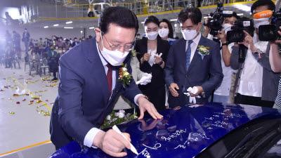 광주글로벌모터스 양산 차량에 서명하는 이용섭 광주시장