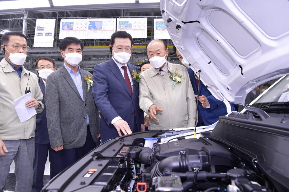 광주글로벌모터스 양산차량 내부 엔진 살펴보는 이용섭 광주시장