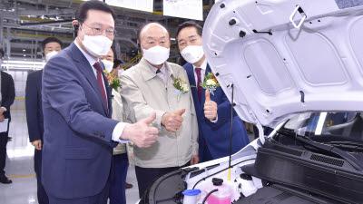 광주글로벌모터스 양산차량 엔진 살펴보는 이용섭 광주시장