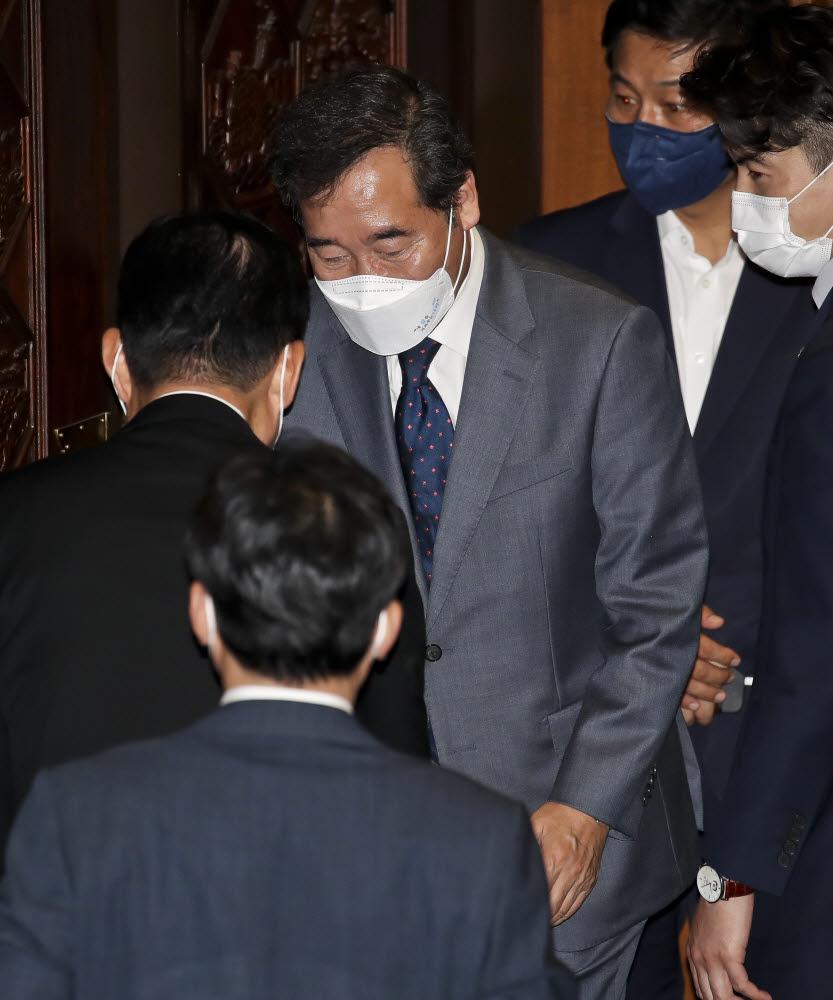 이낙연 더불어민주당 대선 경선 예비후보가 15일 국회에서 열린 본회의에서 본인의 의원직 사직안이 통과된 뒤 의원들과 인사하고 있다. 국회사진기자단.
