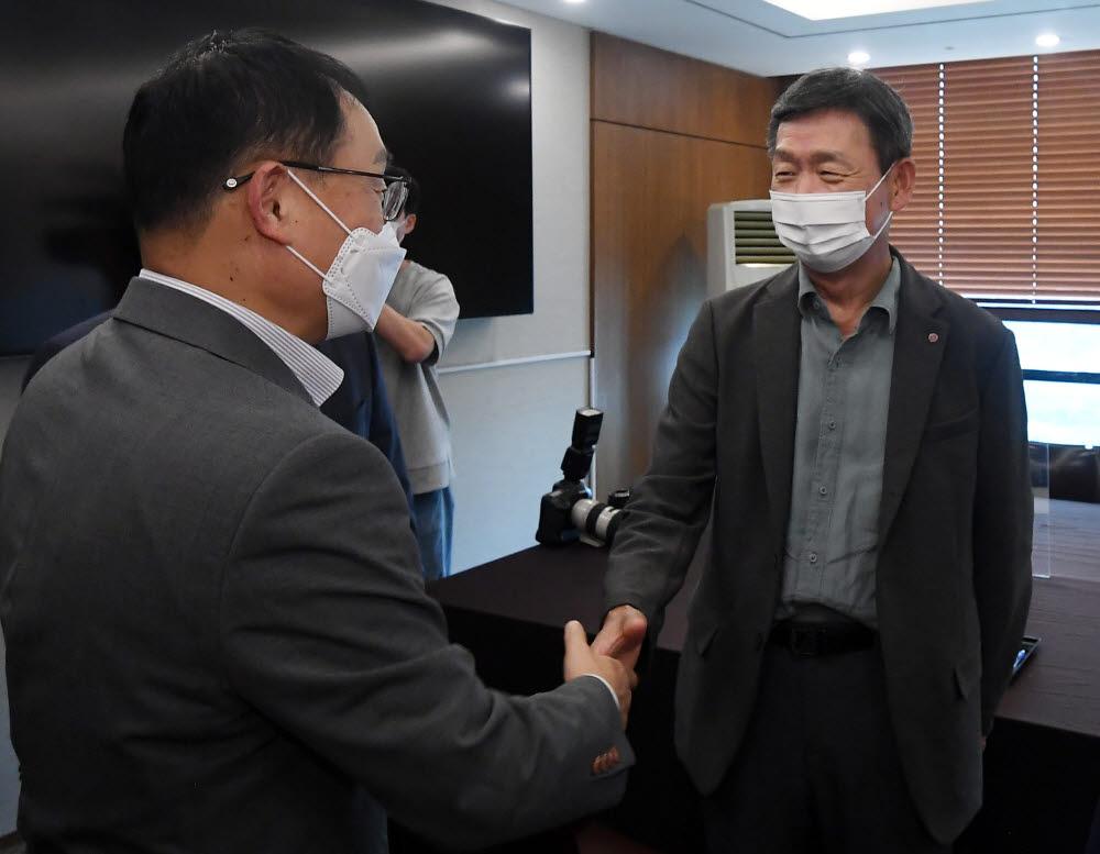 구현모 KT 대표(왼쪽)와 황현식 LG유플러스 대표가 악수하고 있다.