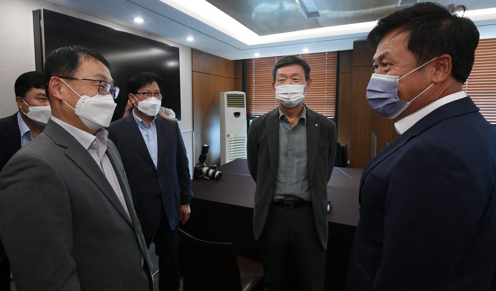 구현모 KT 대표(왼쪽부터), 황현식 LG유플러스 대표, 박정호 SK텔레콤 대표가 대화하고 있다.