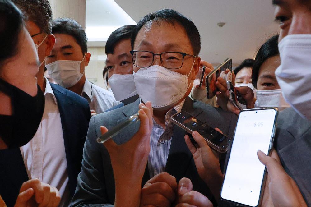 구현모 KT 대표가 간담회에 참석하며 취재진의 질문을 받고 있다.