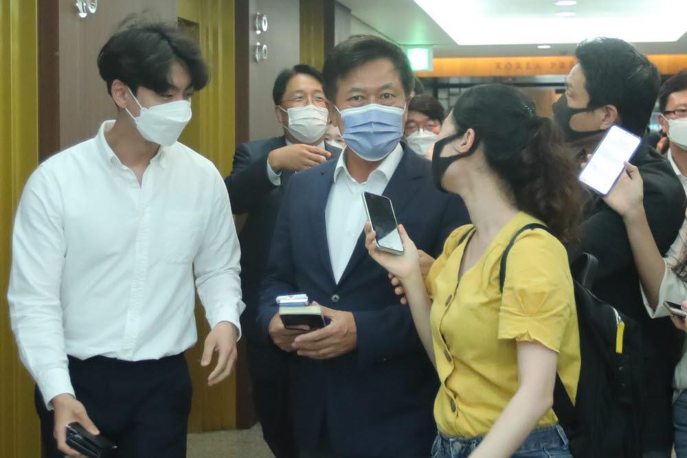 박정호 SK텔레콤 대표가 간담회에 참석하며 취재진의 질문을 받고 있다.