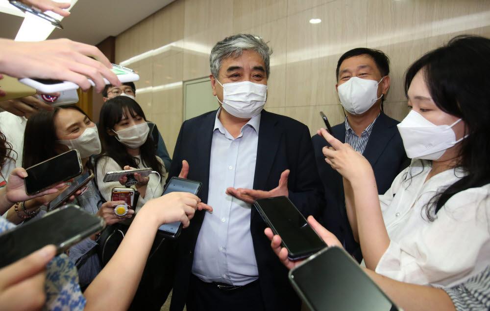 한상혁 방송통신위원장이 간담회에 참석하며 취재진의 질문을 받고 있다.