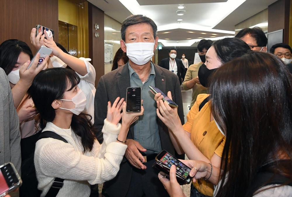 황현식 LG유플러스 대표가 간담회에 참석하며 취재진의 질문을 받고 있다.