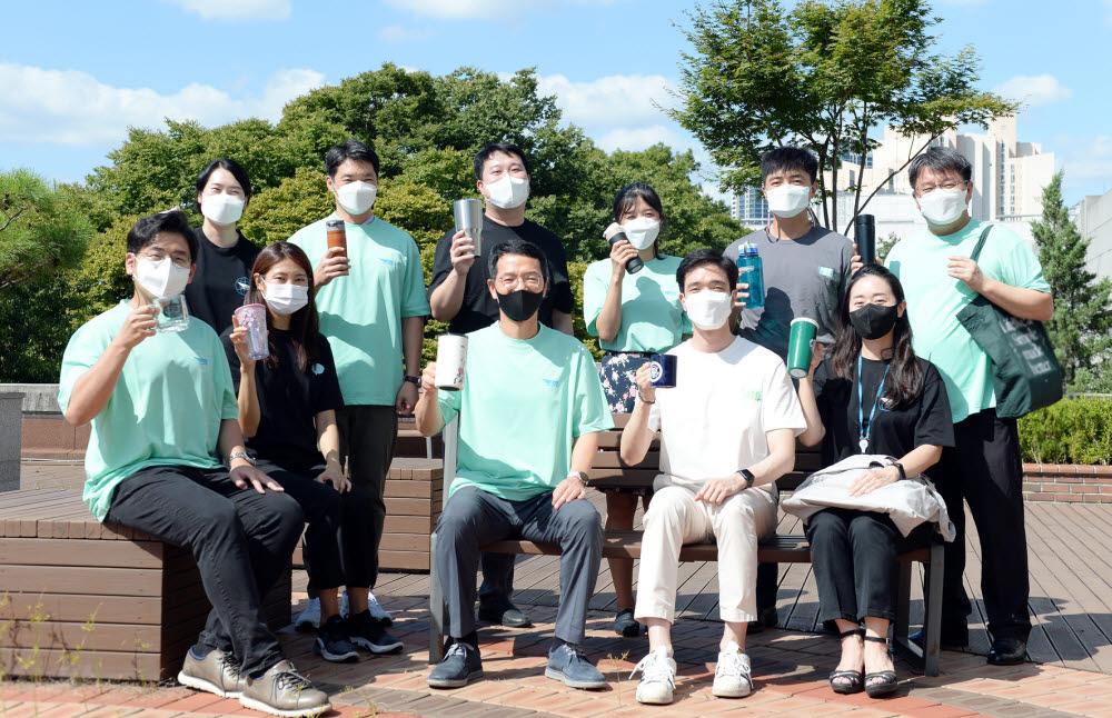 한국국방연구원(원장 김윤태)은 환경부 주관 친환경 캠페인고고챌린지에 동참했다. 행사에 참여한 직원들이 친환경 원단 티셔츠를 입고 플라스틱 사용 줄이기를 다짐했다.