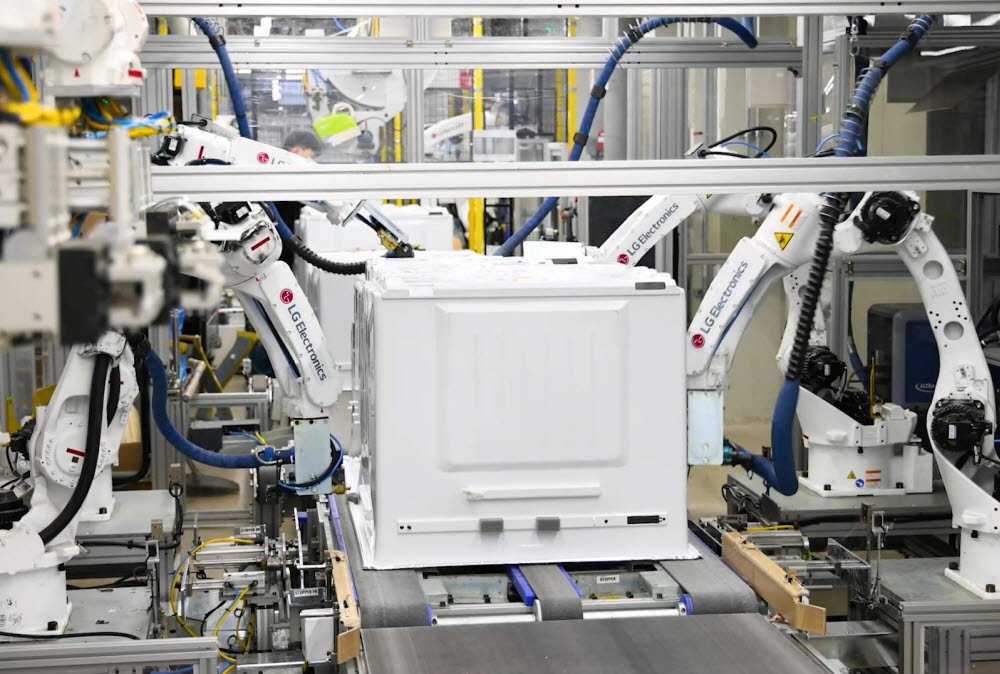 LG전자가 글로벌 생활 가전 사업의 핵심 생산기지인 창원사업장을 지능형 자율 공장 체제로 전환한다.
