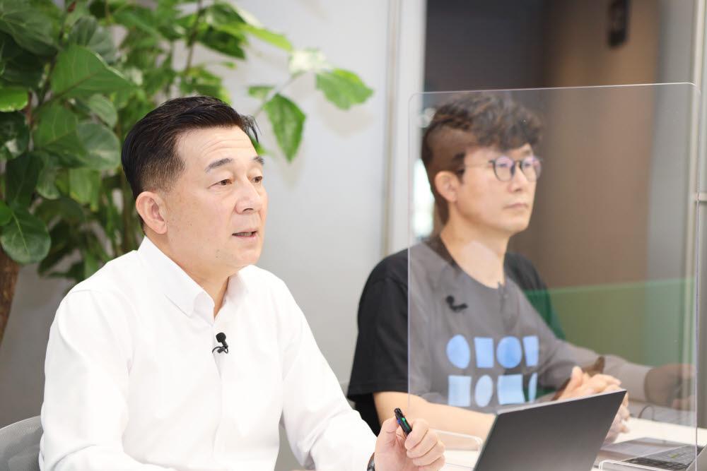 김태창 네이버클라우드 전무(왼쪽)와 장범식 네이버클라우드 리더가 16일 온라인 기자간담회에서 사업 전략을 설명하고 있다. 사진=네이버