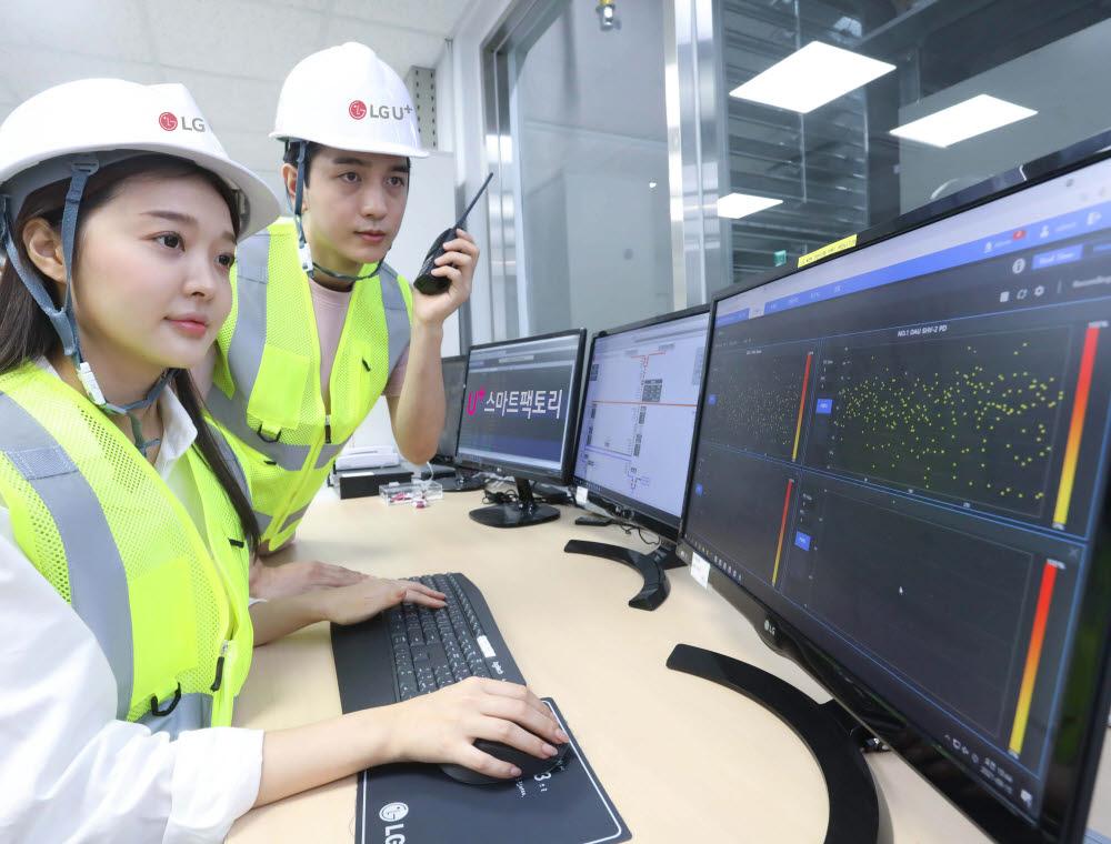 작업자가 LG유플러스 인천 간석운영센터에 설치된 배전반진단 솔루션을 이용하는 모습.