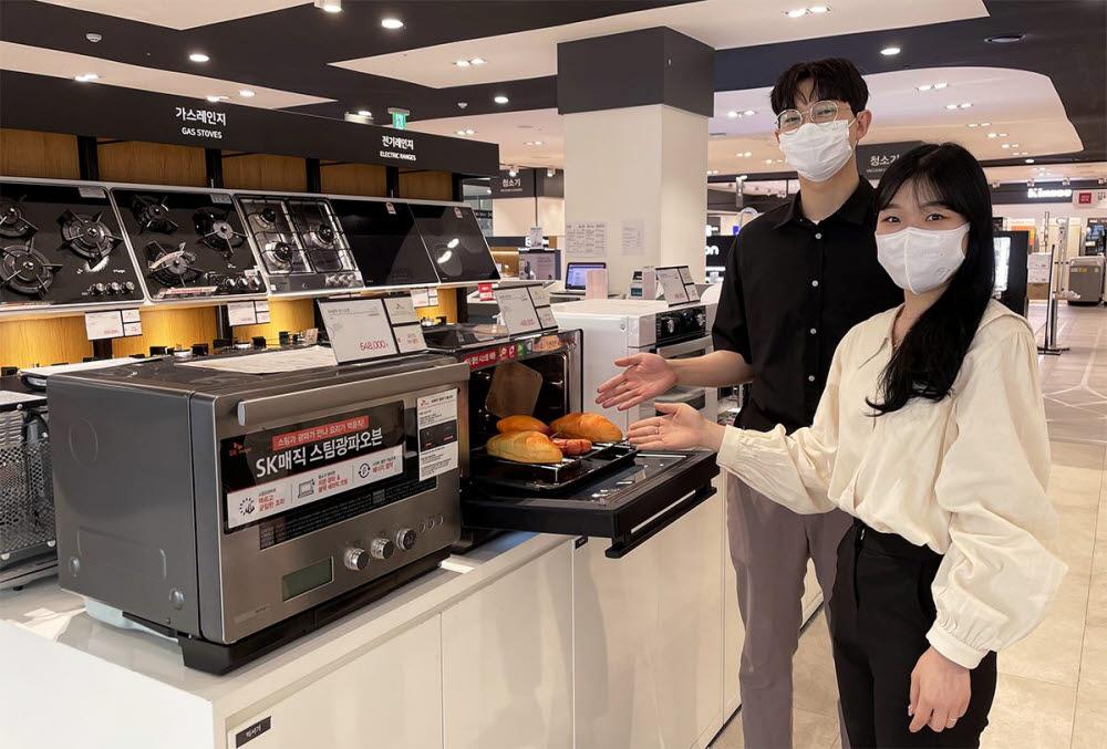 전자랜드 파워센터 용산본점에서 모델들이 전기오븐을 소개하고 있다.