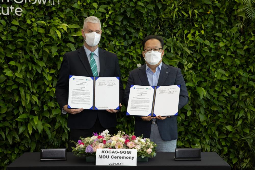 한국가스공사는 16일 글로벌녹색성장기구(GGGI)와 인도네시아 등 그린수소 사업 개발 유망 국가에서의 공동 협력을 위한 양해각서를 교환했다. 양진열 가스공사 수소사업본부장(오른쪽)과 프랭크 리즈버만 GGGI 사무총장이 협약서를 들어보이고 있다.