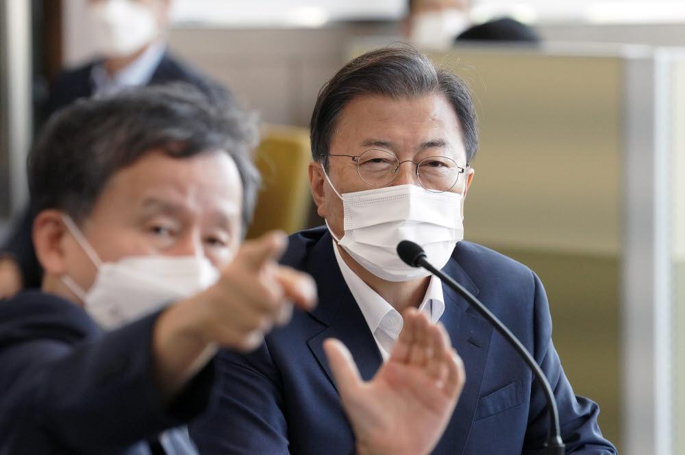 문재인 대통령이 15일 국방과학연구소 안흥시험장에서 미사일전력 발사 시험을 참관하고 있다. 청와대 제공