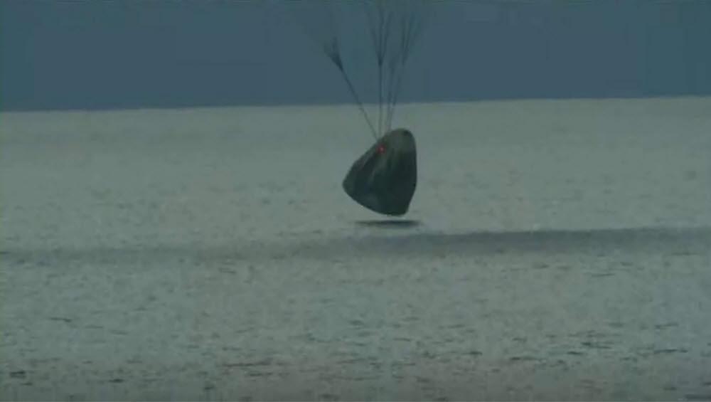 민간인을 실은 크루 드래건이 플로리다 앞바다에 내려앉는 모습. 스페이스X 유튜브 영상 캡쳐