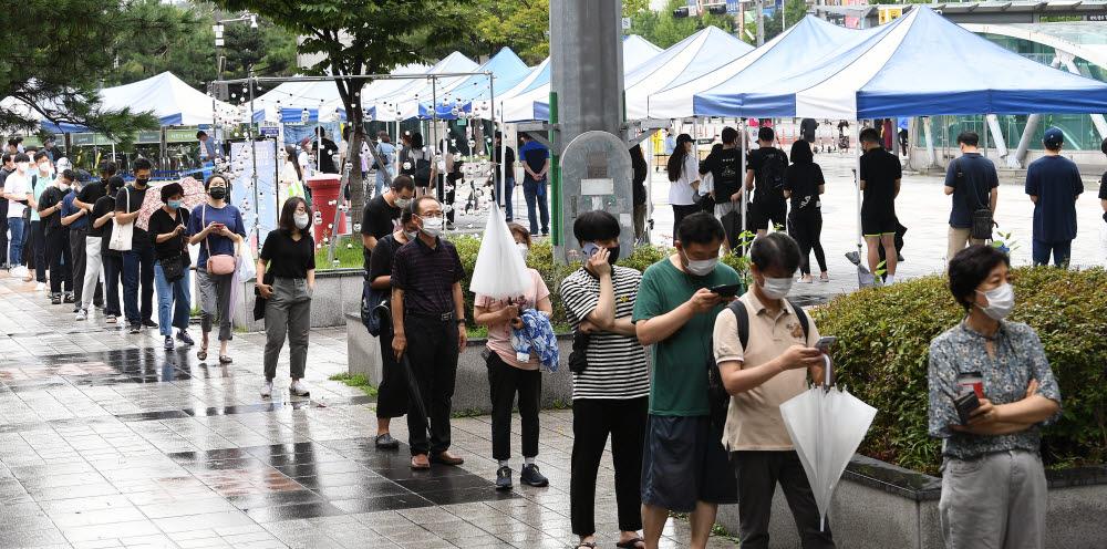 지난달 25일 경기도 성남시 야탑역에 마련된 선별진료소에 검사를 받으려는 시민들이 줄지어 서있다. 성남(경기)=이동근기자 foto@etnews.com