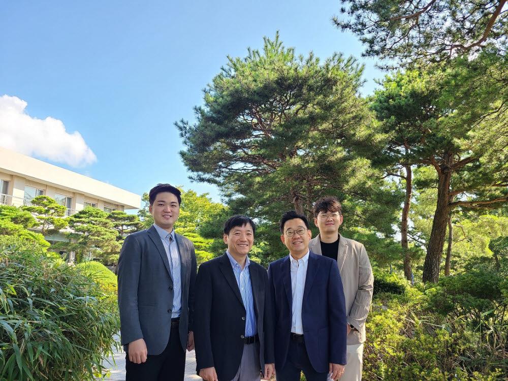 왼쪽부터 남유준 서울성모병원 박사, 주지현 서울성모병원 교수, 김동성 포스텍 교수, 포스텍 이성진 씨