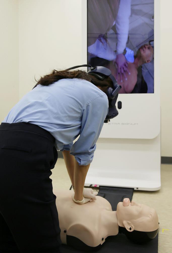 서울아산병원 시뮬레이션센터에서 한 직원이 가상현실 속 인공지능 강사의 설명을 들으며 심폐소생술 훈련을 시행하고 있다. (사진=서울아산병원)