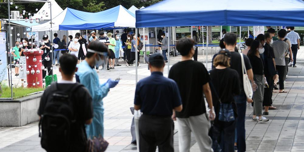 경기도 성남시 야탑역에 마련된 선별진료소에 코로나19 검사를 받으려는 시민들이 줄지어 서있다. 성남(경기)=이동근기자 foto@etnews.com