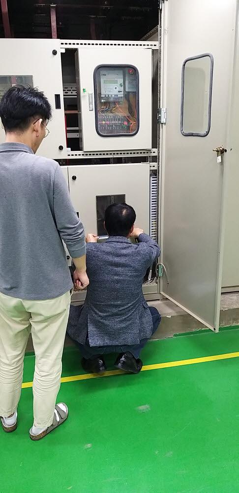 전남 지역혁신클러스터 사업 진행 중 최대 전력 측정 장치를 적용하기 위해 배전반 점검하는 모습. [자료:KIAT]