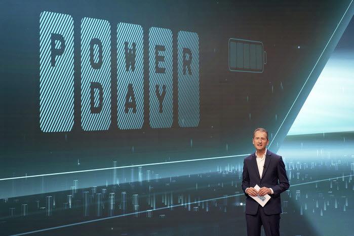 허버트 디에스 폭스바겐그룹 CEO가 파워데이에서 전기차 배터리 로드맵을 발표하고 있다.