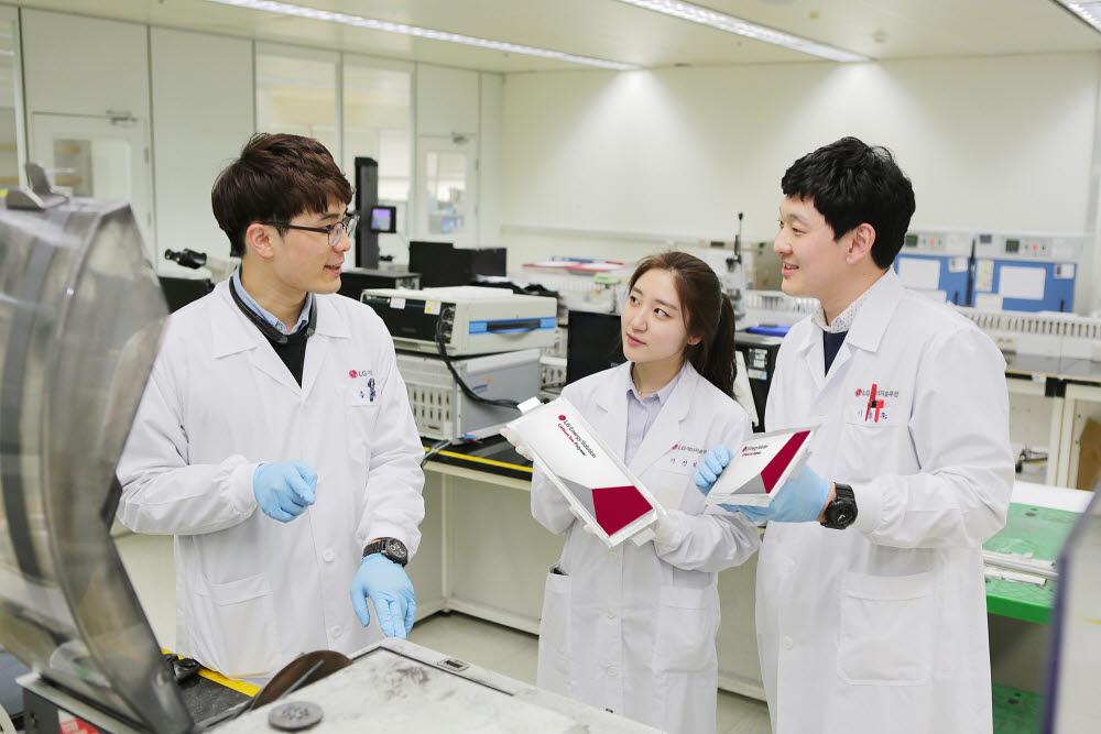 LG에너지솔루션 연구원들이 배터리 성능을 점검하고 있다