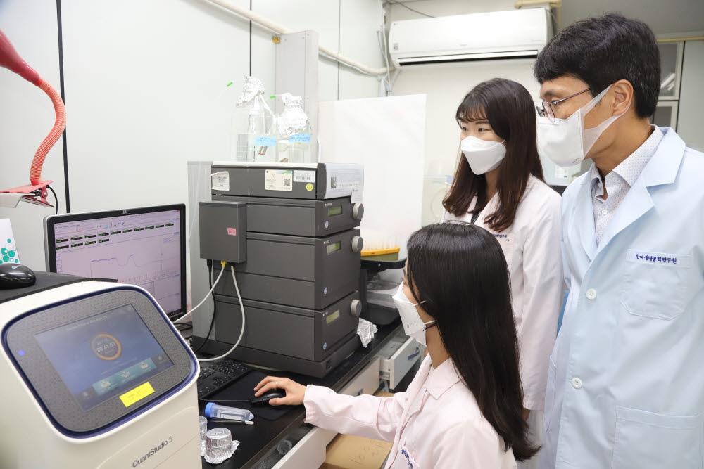 김용삼 책임연구원(사진 오른쪽)과 연구진이 초소형 크리스퍼 기술을 연구하는 모습.