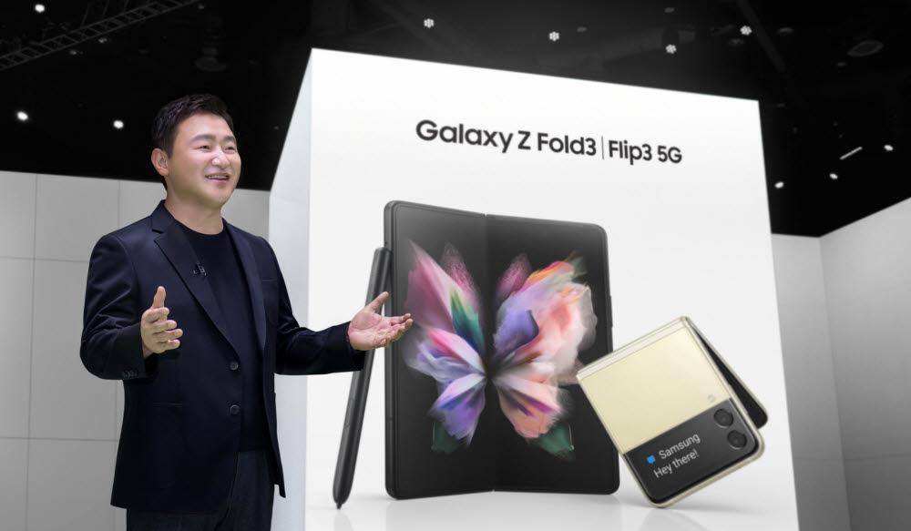 지난 8월 행사에서 노태문 삼성전자 사장이 폴더블 스마트폰을 소개하고 있는 모습.<사진=삼성전자>
