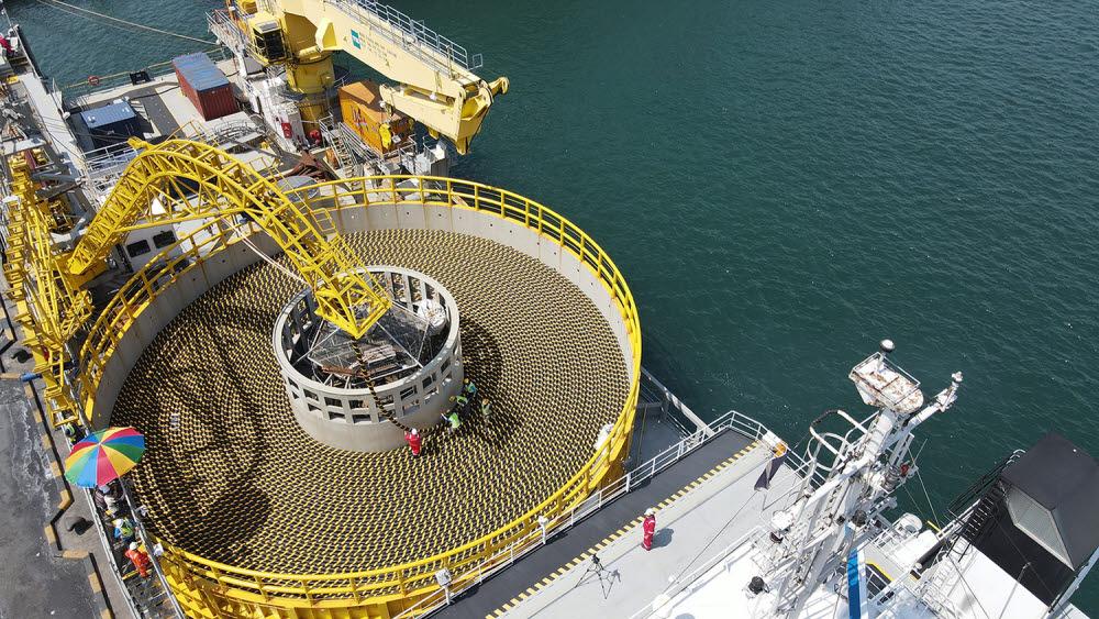 강원도 동해항에서 해저케이블을 선적하는 모습.<사진=LS전선>