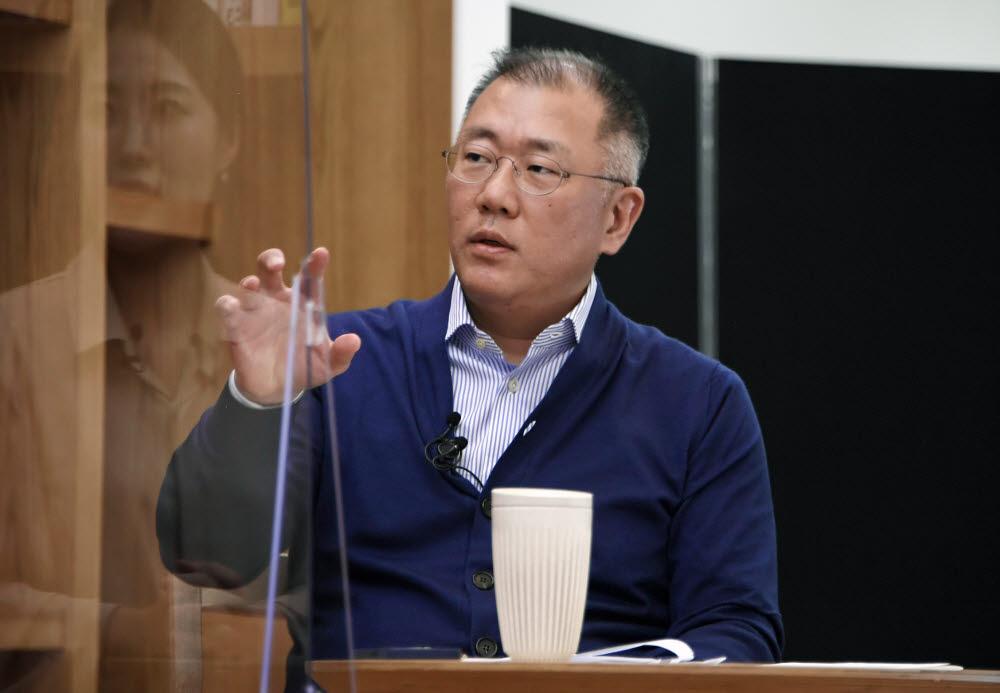 정의선 현대차그룹 회장이 올해 3월 온라인 타운홀 미팅에서 직원들의 질문에 답하고 있다.