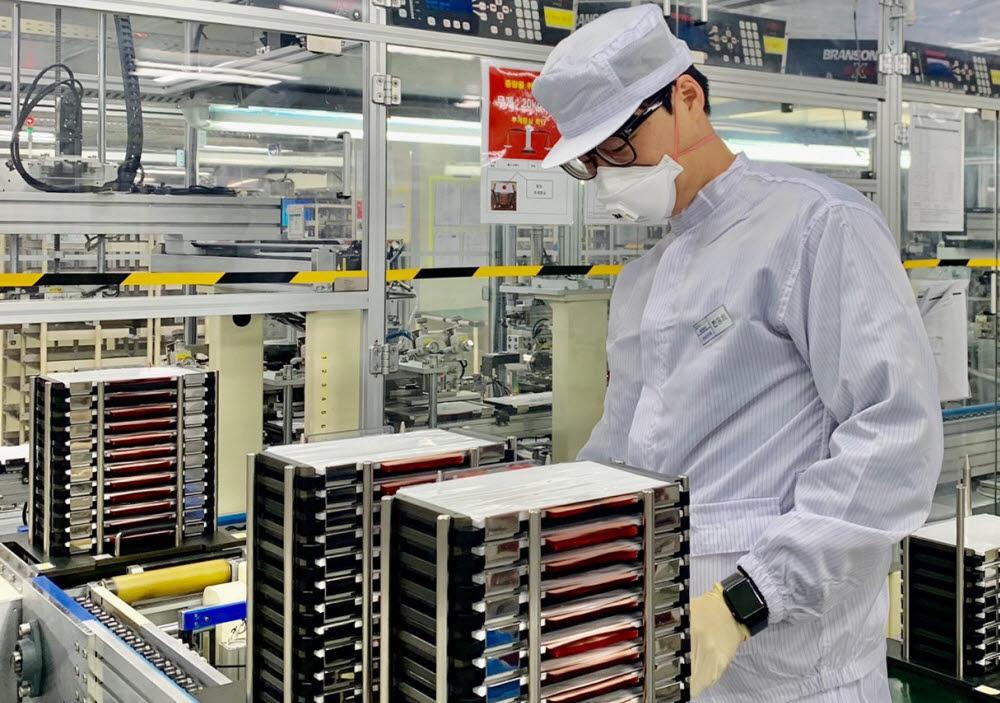 에너테크인터내셔널 연구원이 충주 본사 연구소에서 배터리를 살펴보고 있다
