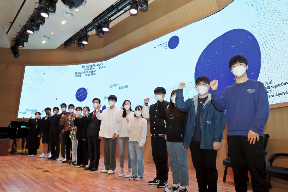 김일목 총장(오른쪽 여덟번째)과 동아리 대표 학생들이 발대식에서 기념촬영했다.