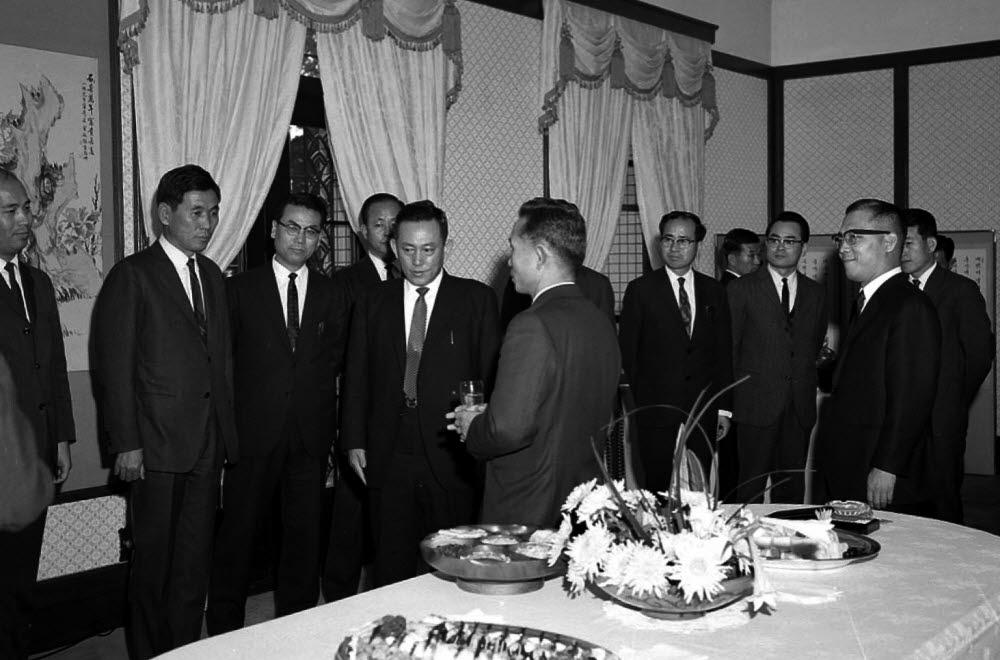 1967년 11월 28일 박정희 대통령(왼쪽 다섯 번째)이 청와대에서 한국과학기술연구소 과학자들과 만나 환담을 나누고 있다. 왼쪽 네 번째는 최형섭 한국과학기술연구소 초대 소장. 한국과학기술연구원 제공