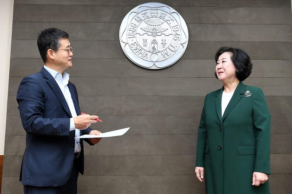 김원석 정치정책부장(왼쪽)이 김은미 이화여대 총장을 만나 AI대학 설립 등 미래 비전을 들어봤다.