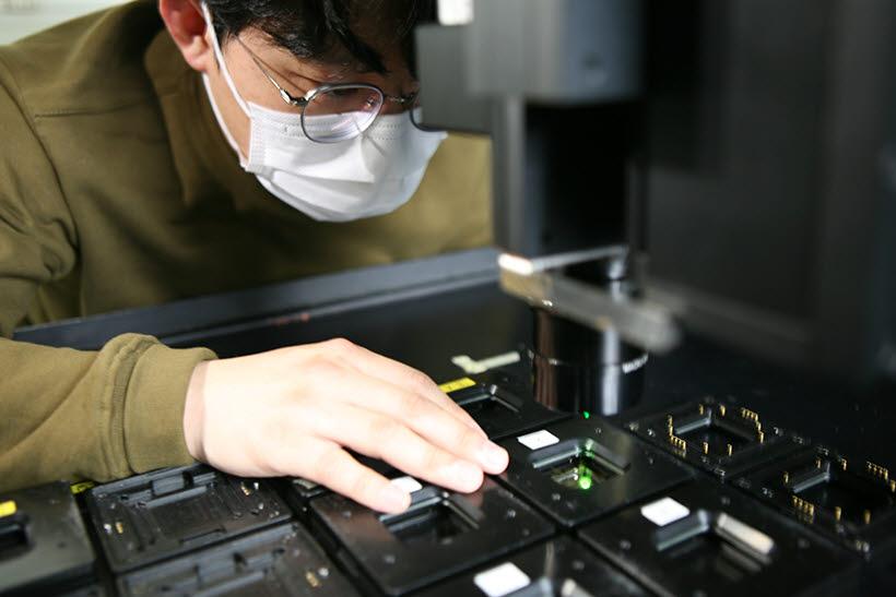 삼성디스플레이 연구원이 OLED를 살펴보고 있는 모습.<자료=삼성디스플레이>