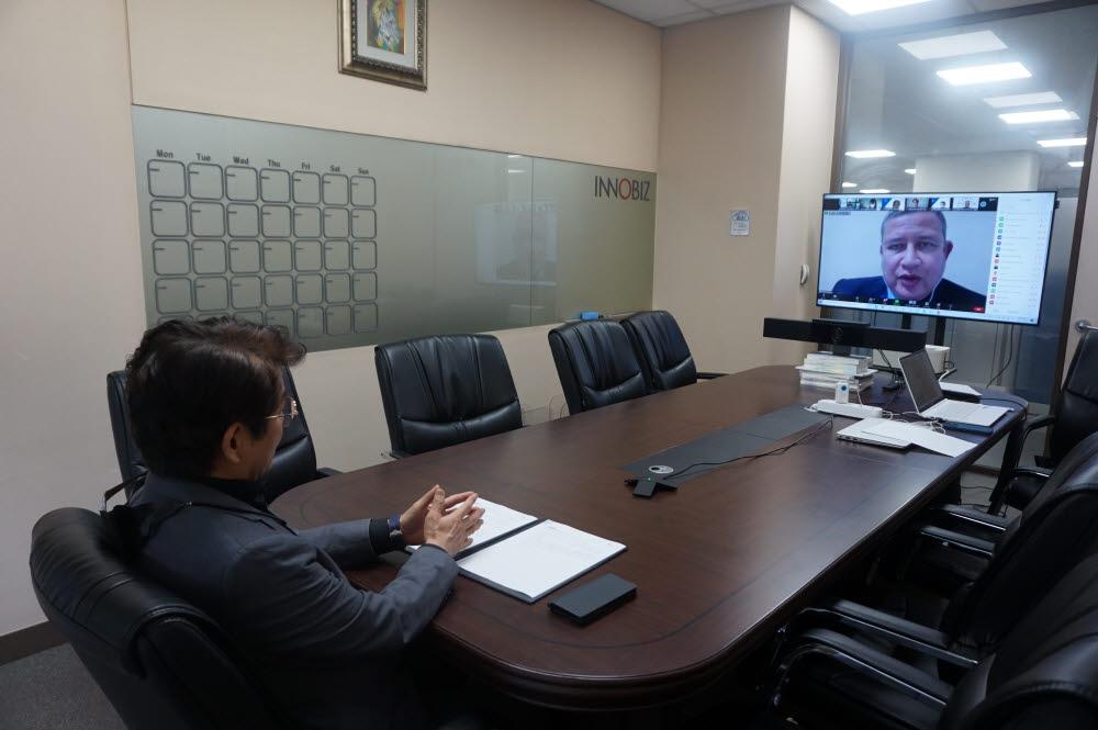 홍창우 이노비즈협회 전무가 13일 비대면으로 페루 이노비즈인증 전수 사업에서 개회사를 하고 있다.