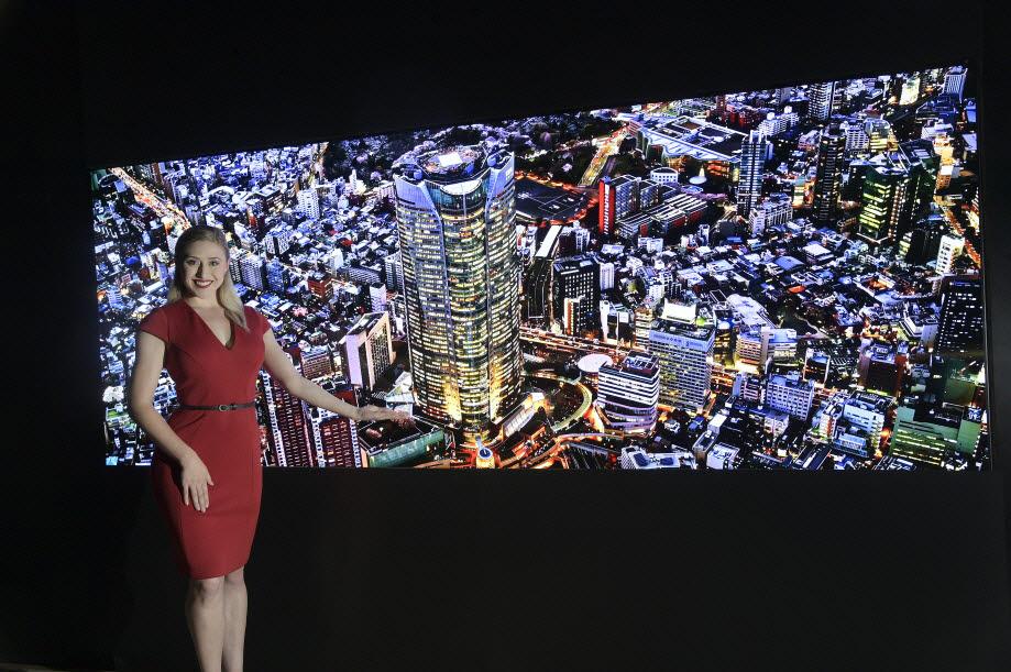 LG전자가 일산 킨텍스에서 열리는 2021 국제 광융합 엑스포에서 마이크로 LED 분야 신기술로 대통령상을 수상했다. 이 기술은 기존 상용화된 마이크로 LED에 적용된 것과 달리 화소 하나하나를 개별 제어하는 방식으로 한 차원 높은 기술로 평가받는다. LG전자 모델이 신기술이 적용된 마이크로 LED 디스플레이를 소개하고 있다.