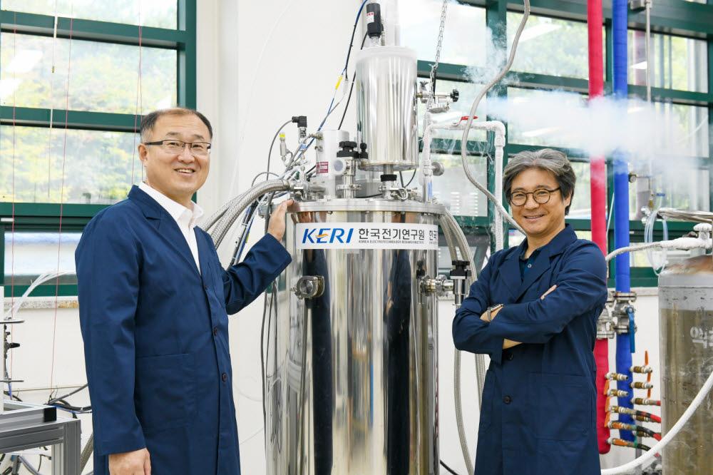 액체수소 생산과 장기저장 기술을 개발한 하동우, 고락길 연구원(왼쪽부터)