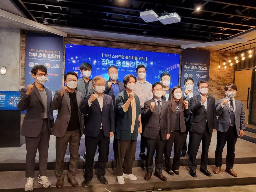 박범계 법무부 장관(앞줄 오른쪽 네 번째)과 권칠승 중소벤처기업부장관(〃 여섯 번째)가 13일 혁신 스타트업 활성화를 위한 정부 초청 간담회에서 참석자들과 기념촬영했다.